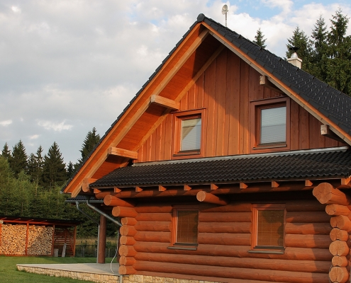 Despre noi - Ecowood Industry are ca obiect de activitate constructiile din lemn: case, biserici, altare de vara, mobilier rustic, foisoare, terase, garaje, locuri de joaca pentru copii, case de vacanta si gradina, dar si dusumele, lambriuri si alte structuri din lemn rotund si rectangular. Inca de la infiintare, Ecowood Industry s-a focusat pe nevoile clientilor si pe calitatea materialelor eco certificate utilizate in proiectele a caror semnatura o poarta echipa de specialisti in prelucrare, design si finisare a lemnului.