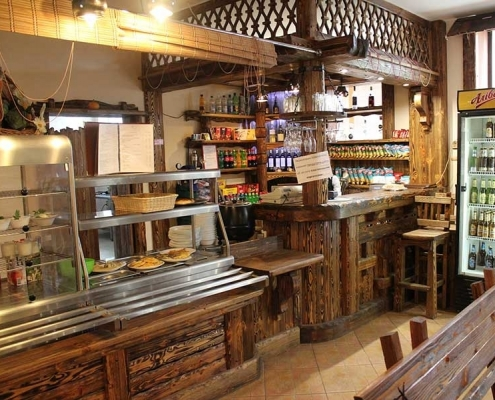 Mobilier antichizat - amenajari bistro din lemn antichizat