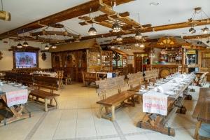 Mobilier antichizat - amenajari restaurant din lemn antichizat
