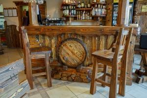 Mobilier antichizat - bar din lemn antichizat