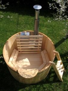 Ciubar din lemn - Un ciubăr din lemn amplasat in gradina ne incanta cu aspectul și eleganta unui mobilier de gradina rustic și contemporan in același timp !Nici unul din celelalte materiale din natura nu au textura naturală, mirosul plăcut și culoarea calda ca lemnul.