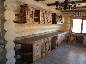 Mobilier antichizat - interioare din case din bustean - lemn antichizat