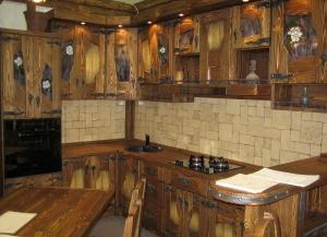 Mobilier antichizat - mobila pentru bucatarie din lemn antichizat