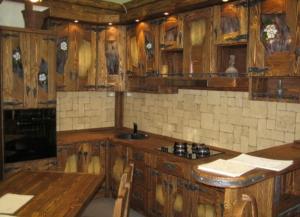 Mobilier rustic antichizat pentru bucatarie - Mobilier rustic antichizat pentru bucatarie este realizat din lemn de pin și molid atent selecționat și învechit prin procedee specifice de prelucrare a lemnului. Balamalele și feroneria este realizată din fier forjat prelucrat manual cu un design învechit sau clasic la alegere. Lemnul este tratat cu lazuri și lacuri pe baza de apa clientul putând alege culoarea preferata .Tot mobilierul se face la comanda după măsurile și dorințele clientului .